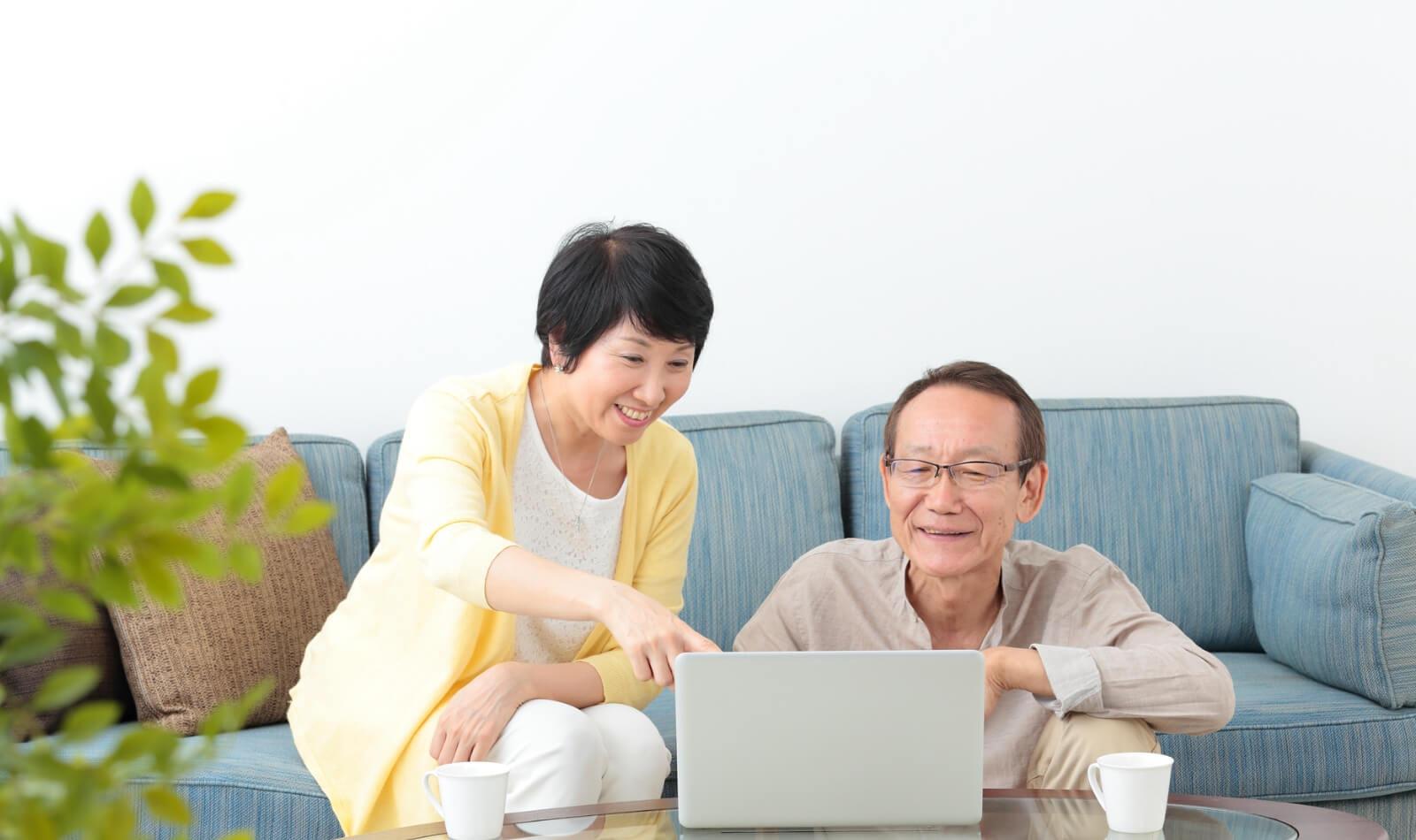 PCを見る夫婦
