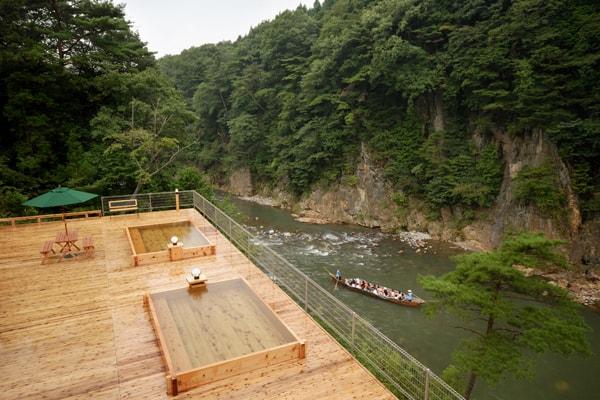 舞台の湯(混浴/要水着) 鬼怒川ライン下りの遊覧船が真近に見られることも
