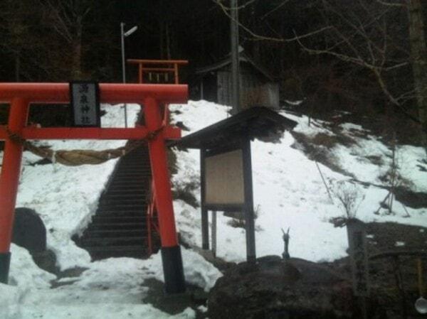 源泉神社鳥居と深沢の名水処