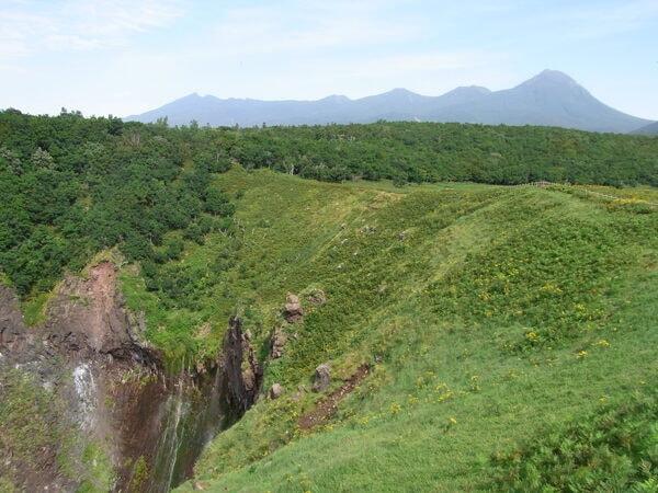 フレペの滝と知床連山
