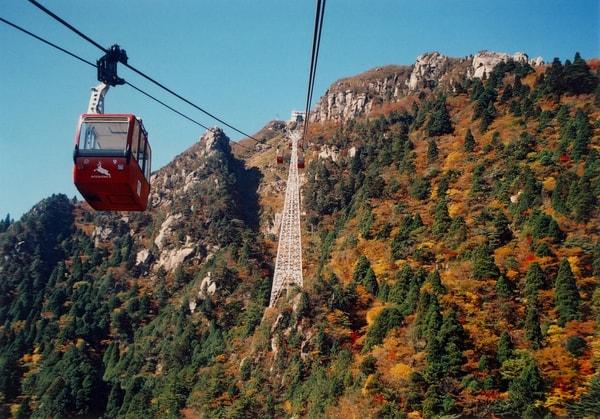 御在所岳の紅葉は例年10月中旬ごろ山頂から始まり、麓の湯の山温泉まで約1ヶ月かけて降りてゆく(景観一例)
