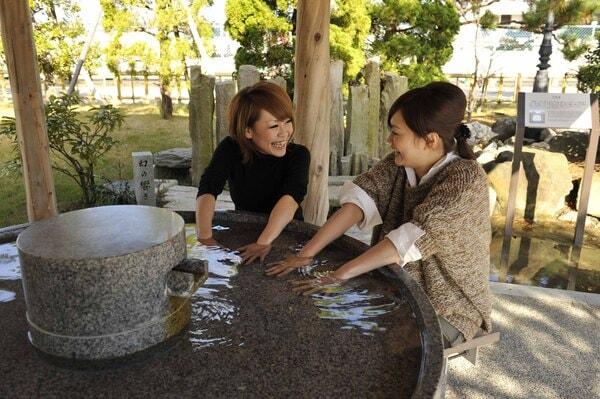 タイツやストッキングで足湯に入りづらい女性客に人気な手湯
