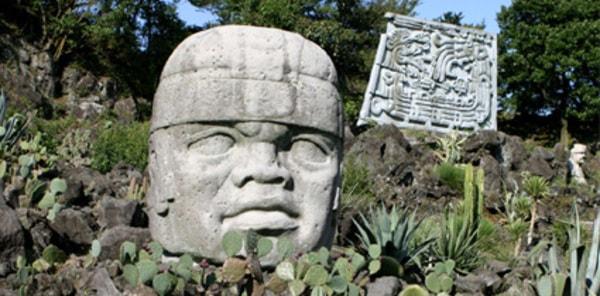 園内 メキシコ政府より寄贈された、マヤ・アステカ・オルメカなど古代メキシコ文明にちなんだ古代遺跡のレプリカが点在(写真はオルメカ文明の巨石人頭像/景観一例)