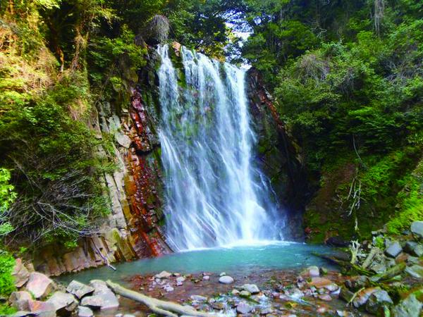 丸尾滝 上流の林田温泉や硫黄谷温泉の温泉水を集めて流れる湯の滝(景観一例)