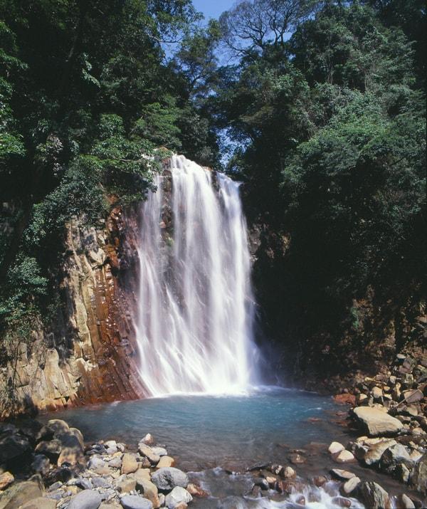 丸尾滝 珍しいエメラルドグリーンの滝壺。夜にはライトアップもされる(景観一例)