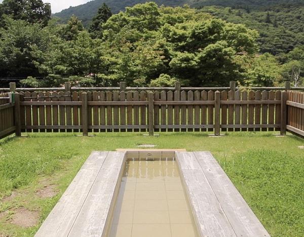 足湯 レストラン利用者は源泉かけ流しの足湯が無料で楽しめる