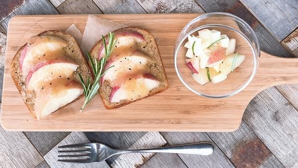 甘い桃バターを添えたピーチトーストと桃のカプレーゼ(料理一例)
