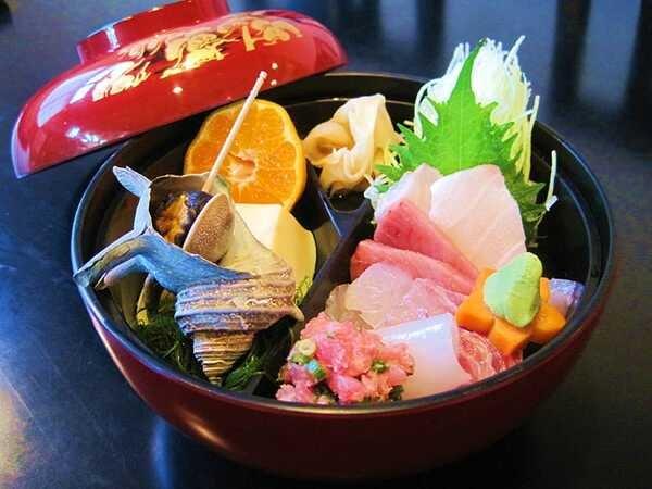 地魚料理磯亭 熱川丼(一例)