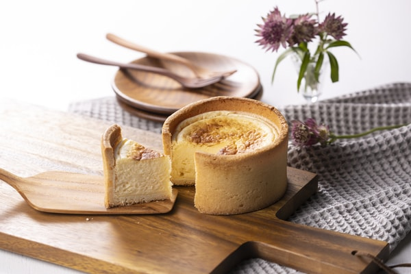フロマージュ・フォンデュ クリームチーズ、バニラペーストとカスタードクリームなどを合わせ、表面をこんがり焼き上げたベークドタイプのチーズケーキ(商品一例)