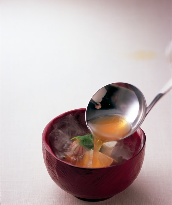しじみでイイ感じ しじみ貝から煮出した一番汁を濃縮し、黒酢や寒天、ウコンを加えた、醤油ベースのしじみエキス(商品一例)