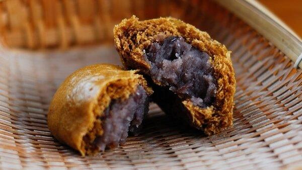 田舎風温泉まんじゅう つぶあんを使い、黒砂糖の風味を残した甘さの昔から変わらないなつかしの味(商品一例)