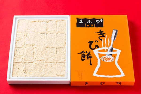 きな粉をたっぷりまぶした、長方形のきび餅(商品一例)