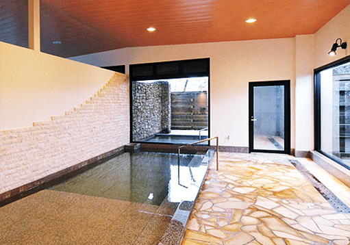 源泉かけ流しのお湯と新鮮な「とっとり松葉ガニ」を満喫できる宿