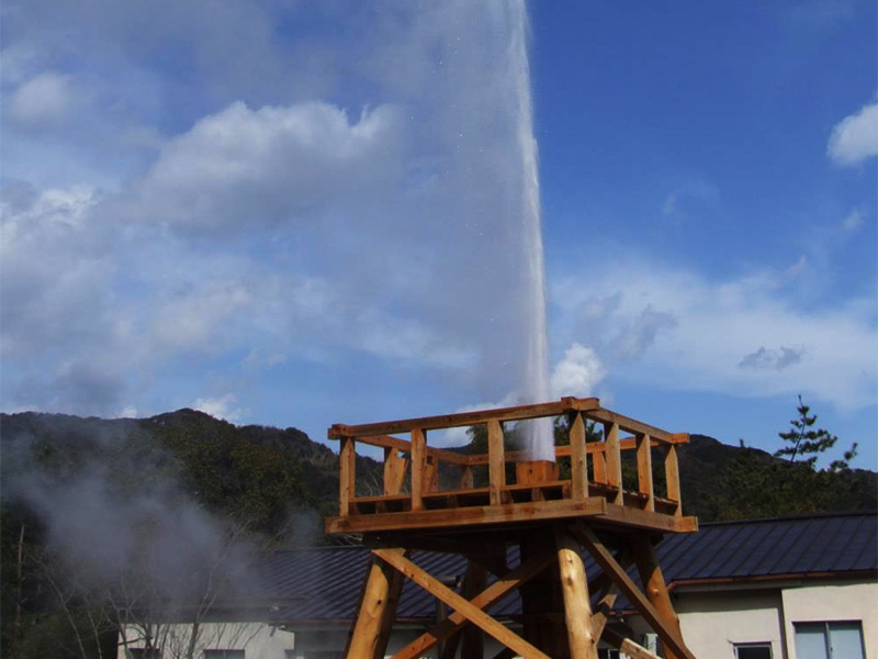 【河津・峰温泉】田園風景の中に東洋一の「峰の大噴湯」が立ちのぼる