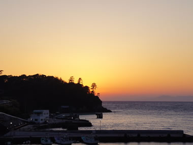 【土肥温泉】夕日が美しい温泉地は新鮮な魚介類も絶品!