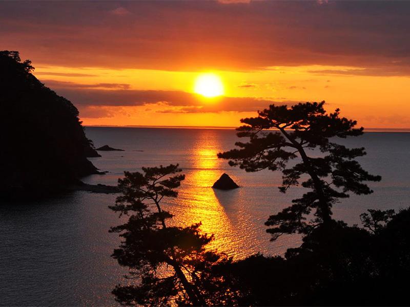 【堂ヶ島温泉】浮島の間に沈みゆく夕日は自然が作り出す芸術