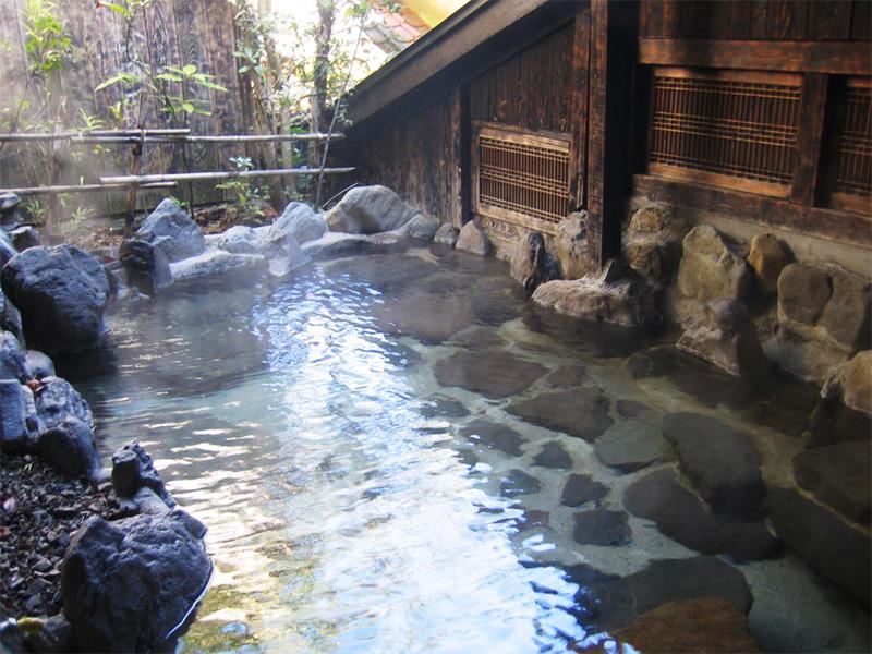 【湯の鶴温泉】清流のせせらぎが聞こえる山間の古湯
