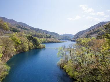 【四万温泉】コバルトブルーの奥四万湖も魅力の山間の湯をどうぞ