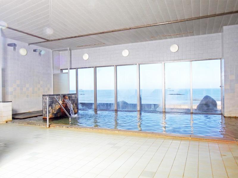 【瀬波温泉】夕日と雪景色が日本海の旅情を高めるいで湯