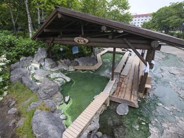 【川湯温泉】硫黄山麓から流れる温泉。街中の足湯も楽しみ