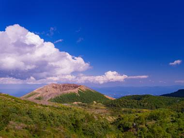 【高湯温泉】湯治場の雰囲気が残る温泉地。名峰の勇姿も見事