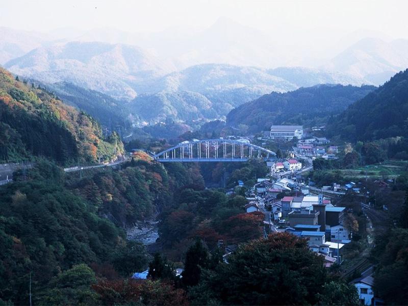 【湯野上温泉】茅葺き屋根の駅舎が出迎える渓谷の温泉