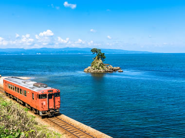【ひみ阿尾の浦温泉】雄大な日本海と名勝が広がる海の温泉