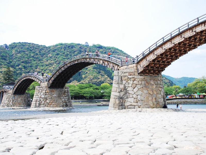 【錦帯橋温泉】湯につかり、日本屈指の明橋・錦帯橋を見下す