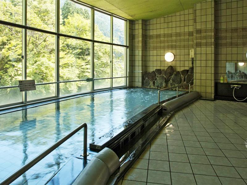 【波賀温泉】日本の滝100選「原不動滝」の入り口に湯けむりを上げる山間の温泉