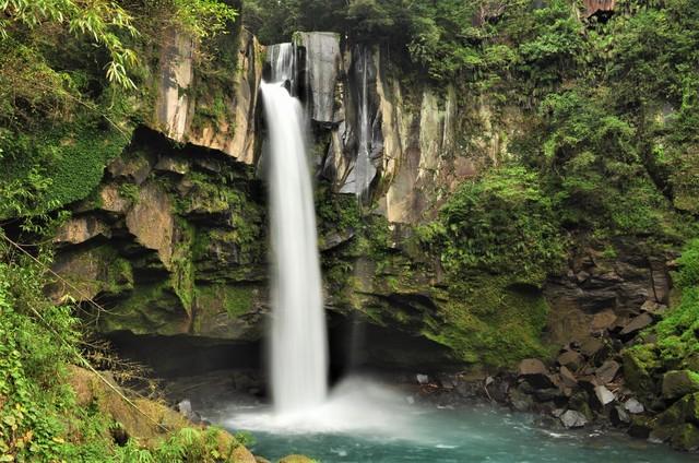 【天降川温泉】薄い緑褐色は保湿成分を多く含む自噴源泉