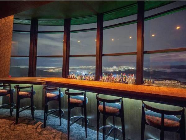 【バー12】ホテル最上階から眺める満点の星空とカウンター越しに広がる光り輝く夜景。