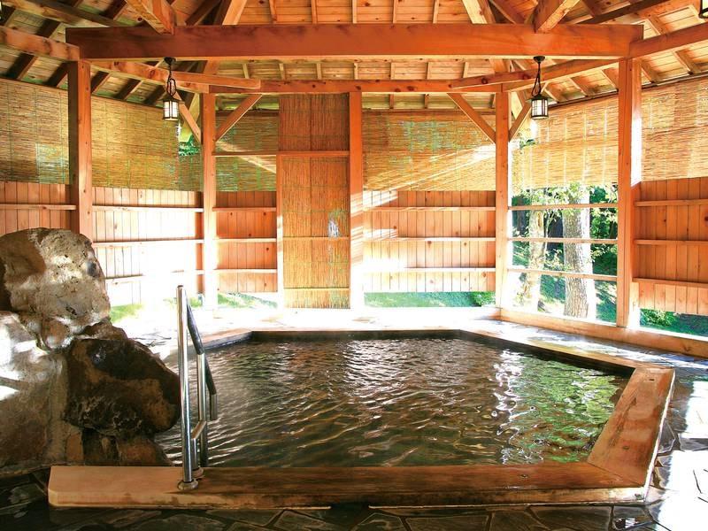 【露天風呂】自然に囲まれた六角風呂でゆったり
