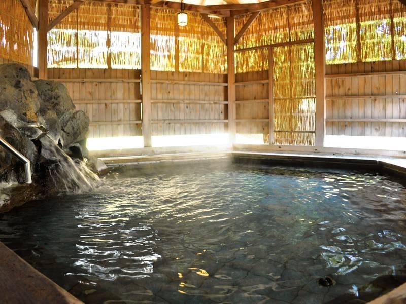 【六角露天風呂】大自然に囲まれた露天風呂で感じる水の音と緑の匂い、新鮮な空気と爽やかな風を感じながらゆったりとした時間をお過ごしください。