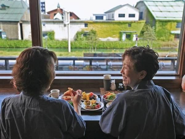 朝食は4席限定のカウンター席が人気
