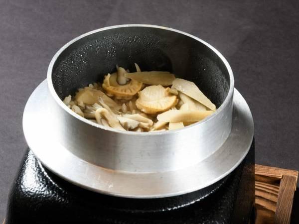 山の幸・川魚を中心としたお料理/舞茸五目釜飯一例