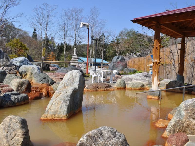 【女湯・露天】大きな庭園風呂となっております。