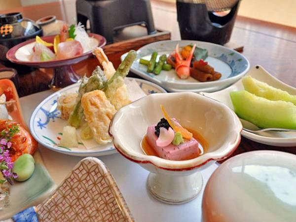 【お料理・先付/例】桜胡麻豆腐・唐墨・山葵・キャビア・百合根花びら・旨汁