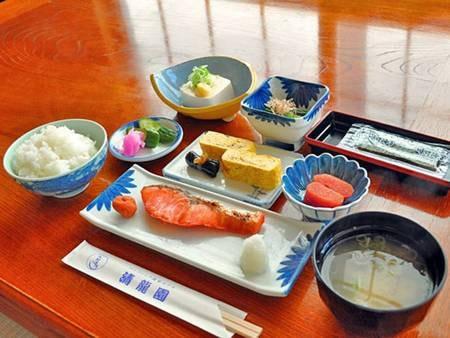 【朝食/例】「たらこ」はこの地域の名産品です。