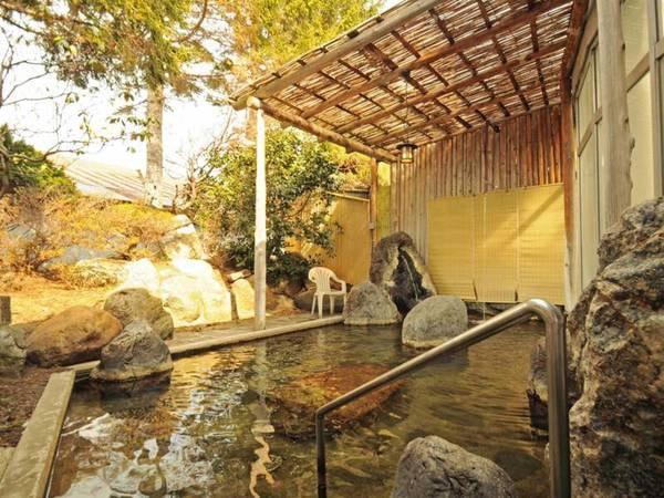 【露天風呂】秋の紅葉、他にも春や夏の季節で変化する庭園の景色をお楽しみください。