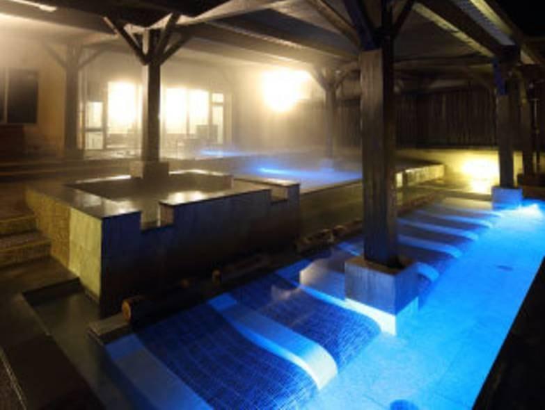 ベッド状の寝湯がしつらえてあり、ゆったりと温泉を愉しめる