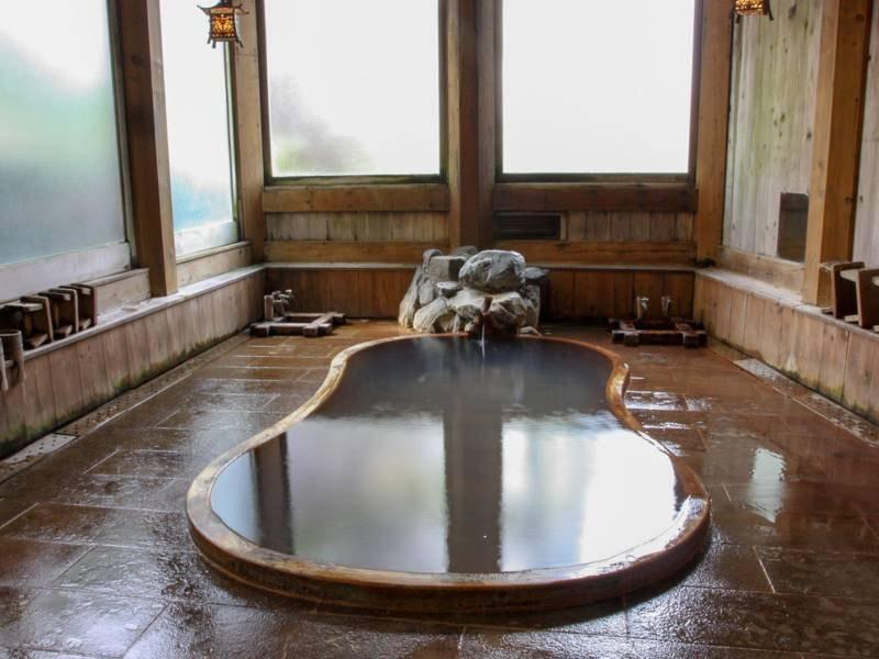 鎌倉風呂/渋温泉に伝わる、源頼朝穿設にちなんで名づけられたお風呂。白い湯花が特徴です。