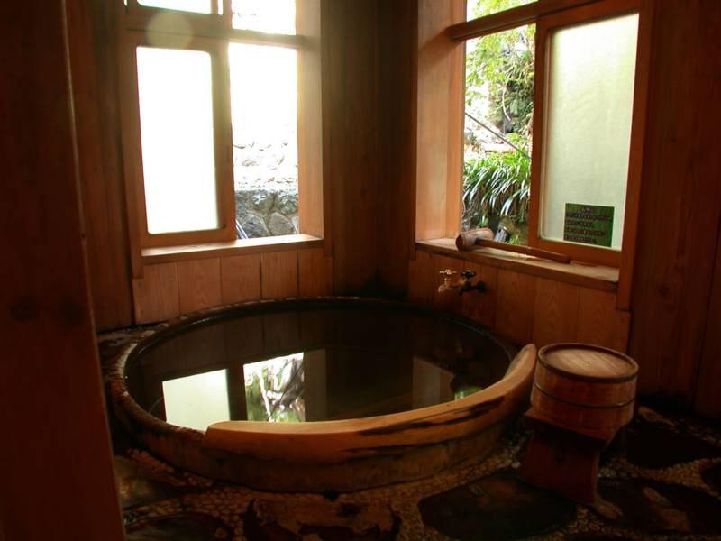 美妙の湯/サワラなど木曽の銘木を使ってつくられた円形のお風呂