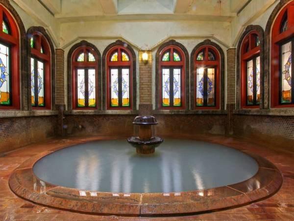 浪漫風呂/地下3mほどから湧く源泉を使用したお湯。鉄分が多いためわずかに黄色ににごります。