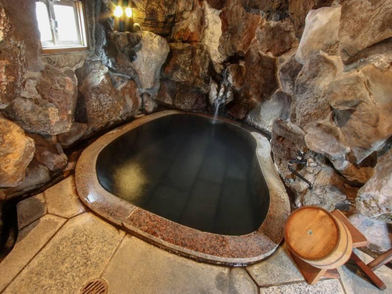 岩窟の湯/山の斜面を掘って作った岩窟の湯
