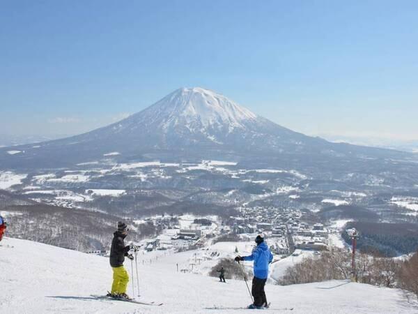 【春スキー】晴れた日が多くて暖かく、薄着で滑れるのも春スキーならでは