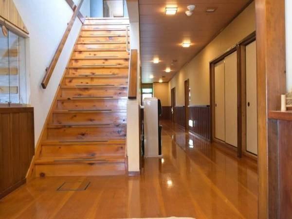 【館内】木の温もりがあたたかい廊下