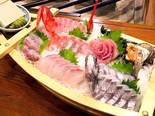 【舟盛り(又は金目鯛姿煮)+炉端焼きコース/一例】舟盛りは季節の地魚をメインにご用意!