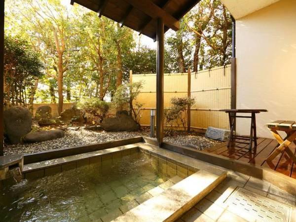 小庭付き客室温泉露天風呂
