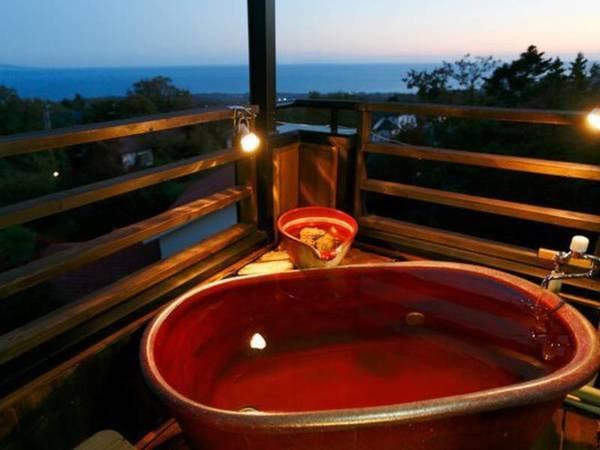 相模湾を望む信楽焼温泉露天風呂付き客室