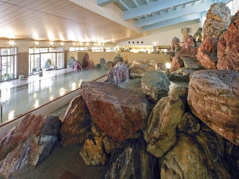 岩で立山連峰をイメージして造られた「立山連峰パノラマ大浴殿」